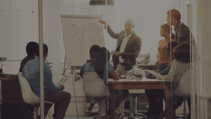Homme expliquant des processus à son équipe