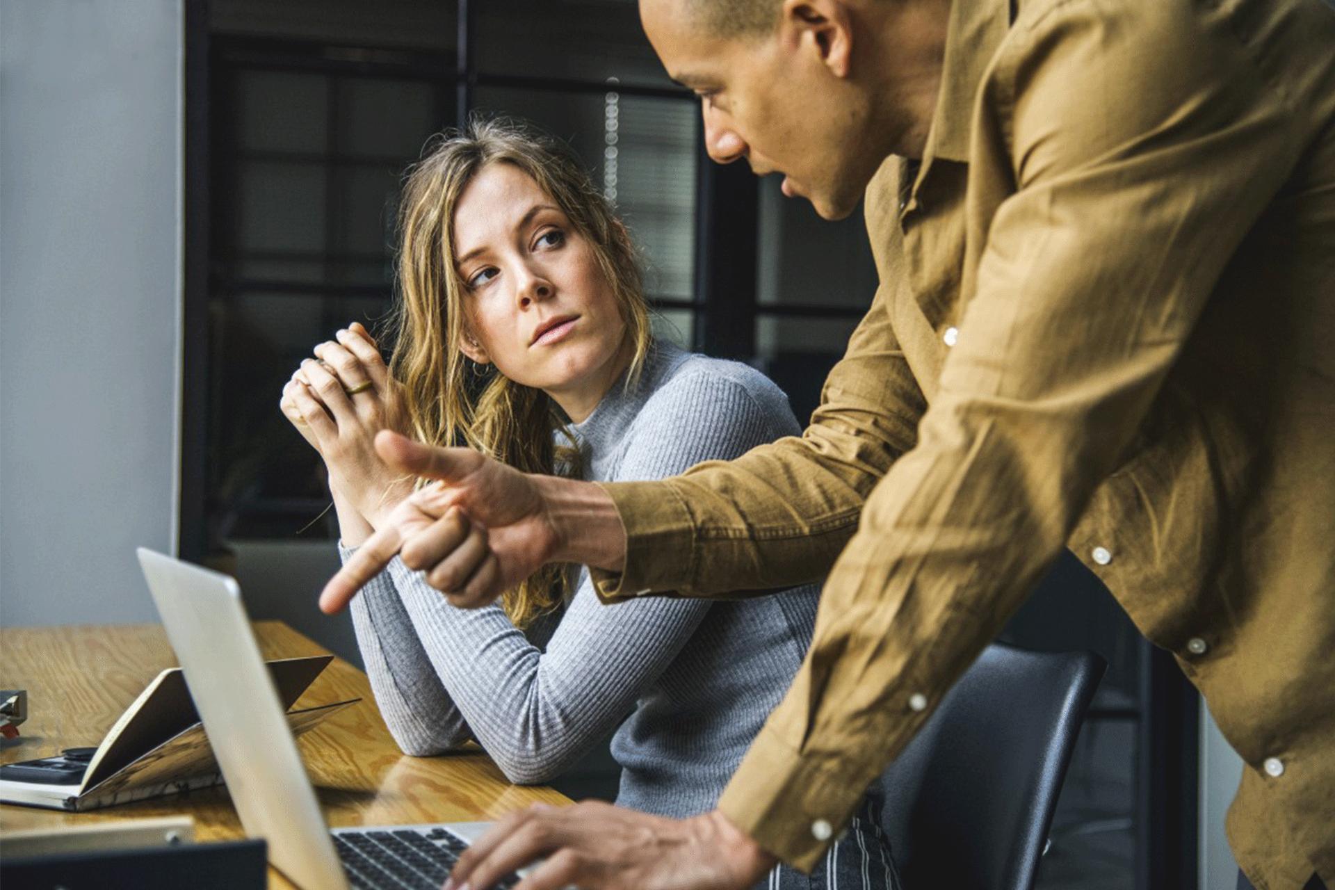 Technicien Support qui aide une utilisatrice sur son ordinateur